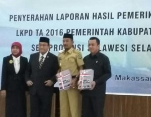 Bupati Luwu Andi Mudzakkar dan ketua DPRD Luwu Andi Muharir menerima Opini WTP tahun 2016 yang di serahkan Anggota VI BPK RI DR Herry Azhar Asis MA