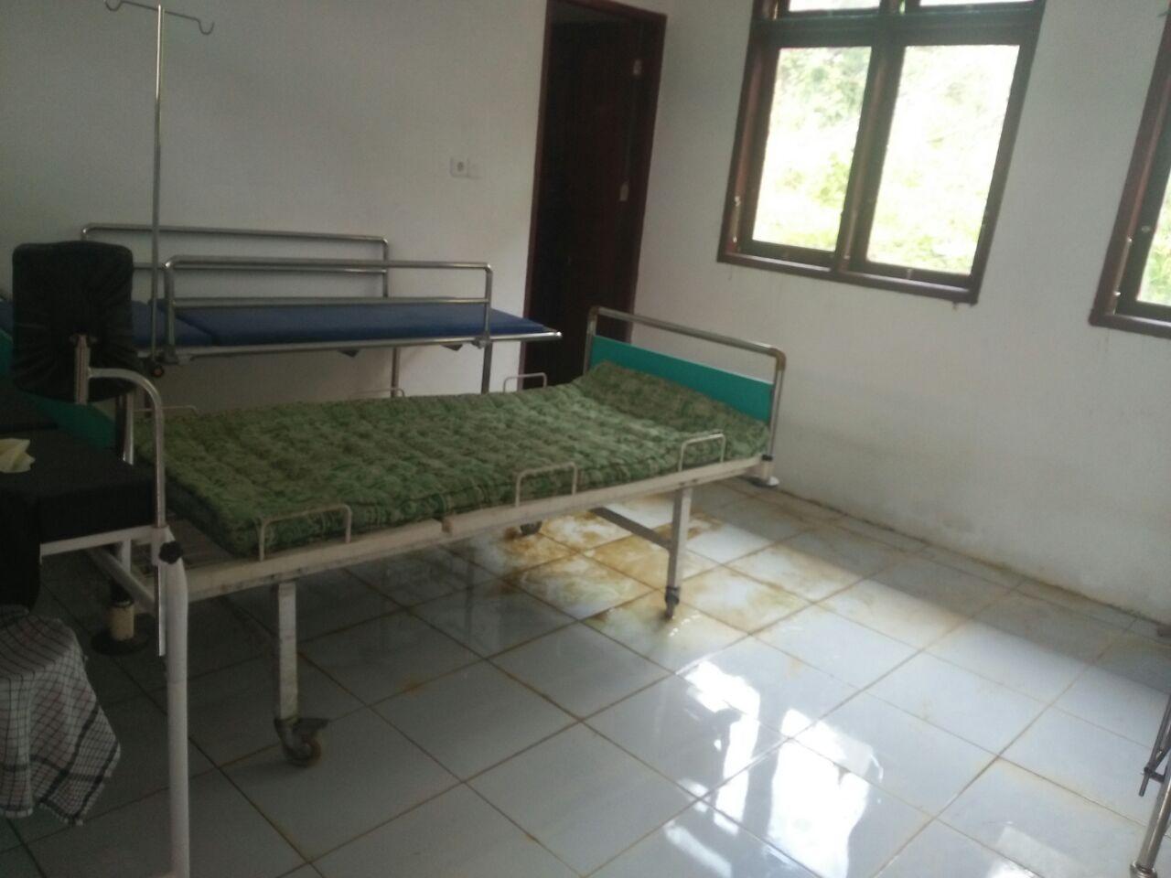 ruang inap pasien yang terendam air