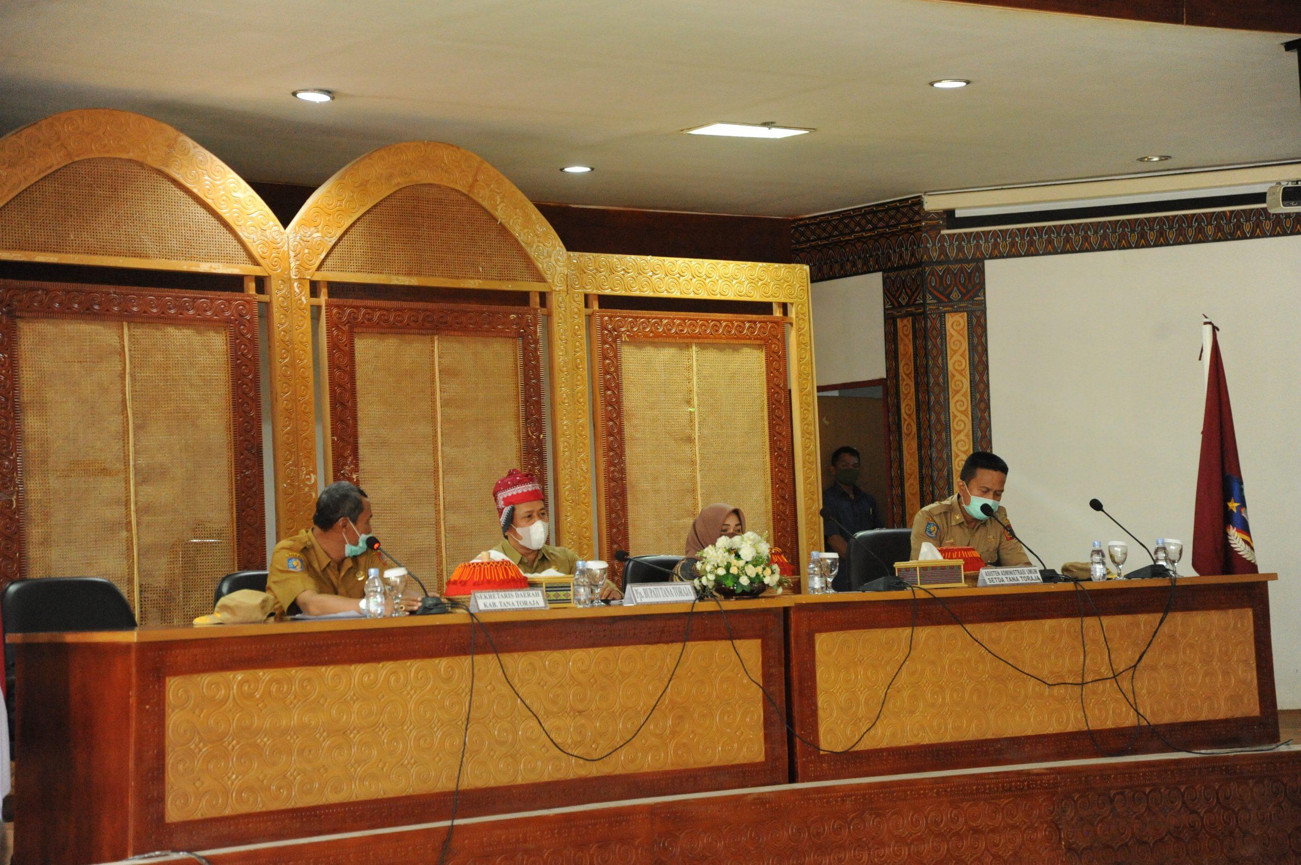 Pjs. Bupati Tana Toraja, H. Asri Syahrun Said didampingi istrinya Hj. Andi Sukmawati Putri